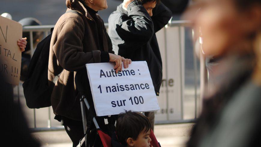 Manifestation pour défendre les enfants autistes