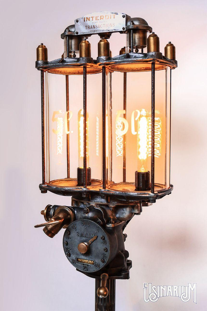Un lampadaire, créé à partir d'une ancienne pompe à essence.