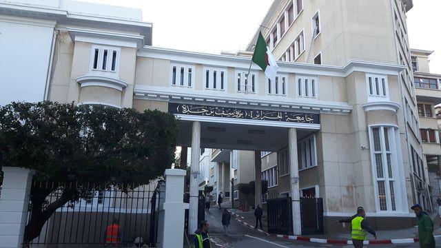 La faculté d'Alger à l'angle de la rue Didouche Mourad dans le centre-ville.