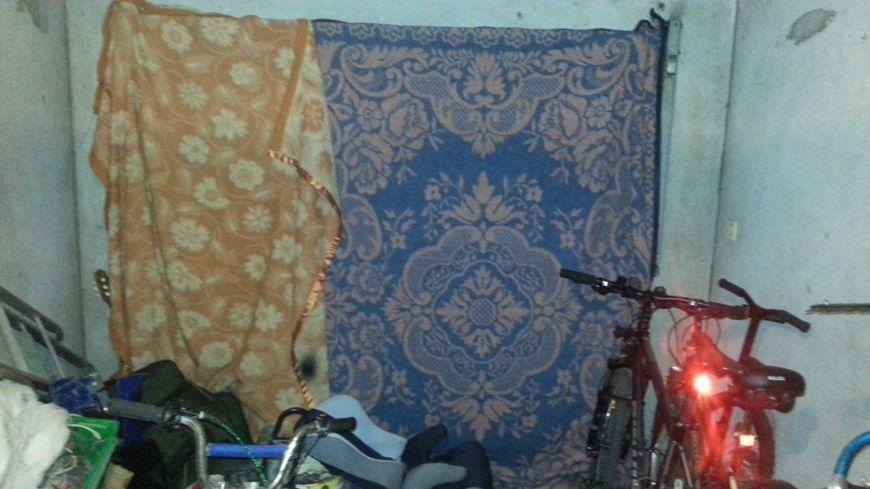 Ce locataire a mis des couvertures sur sa porte de garage pour tenter d'empêcher le froid de rentrer