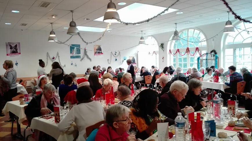 120 personnes, bénévoles et personnes âgées, partagent un repas de Noël