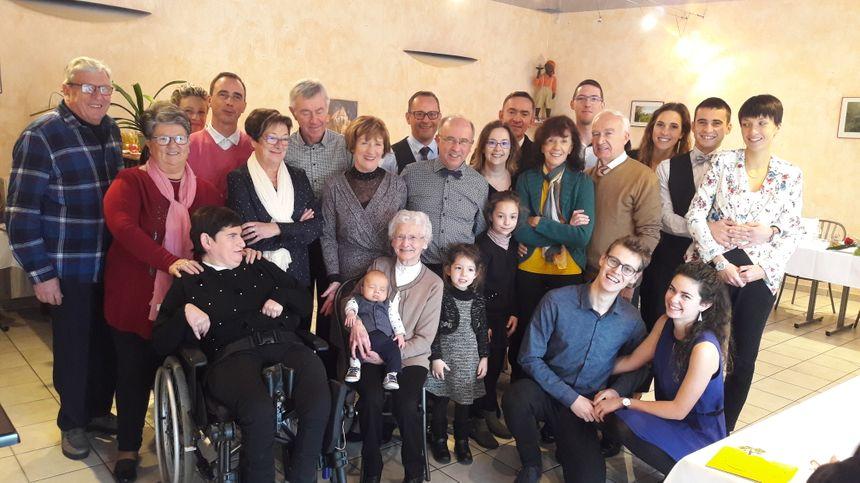 Photo de famille autour de Madeleine, 90 ans