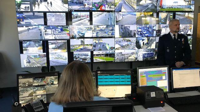 Le directeur de la police municipale de Tours devant l'écran où se succèdent les images des 110 caméras de vidéo-surveillance