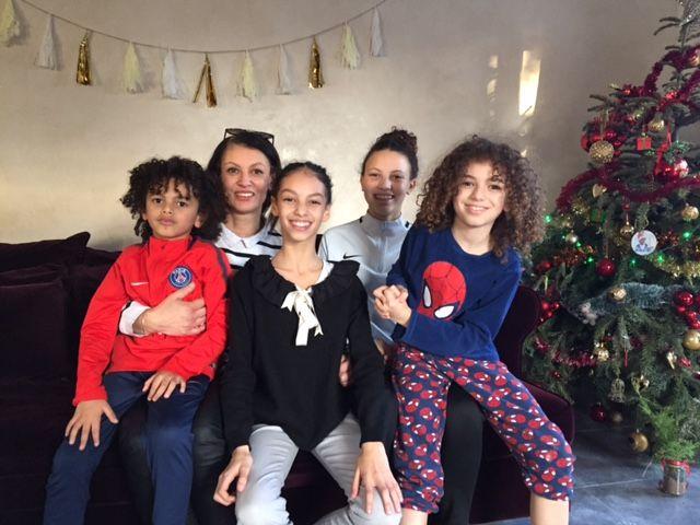 Jasmine Atrous entourée de sa maman Nadia et ses trois frères et sœurs