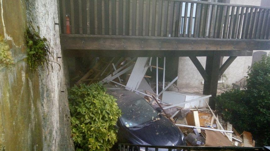 Les dégâts causés par la coulée de boue sont considérables sur l'habitation touchée
