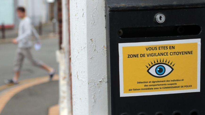 """Le dispositif """"voisins vigilants"""" est signalé par un oeil ouvert sur fond jaune"""