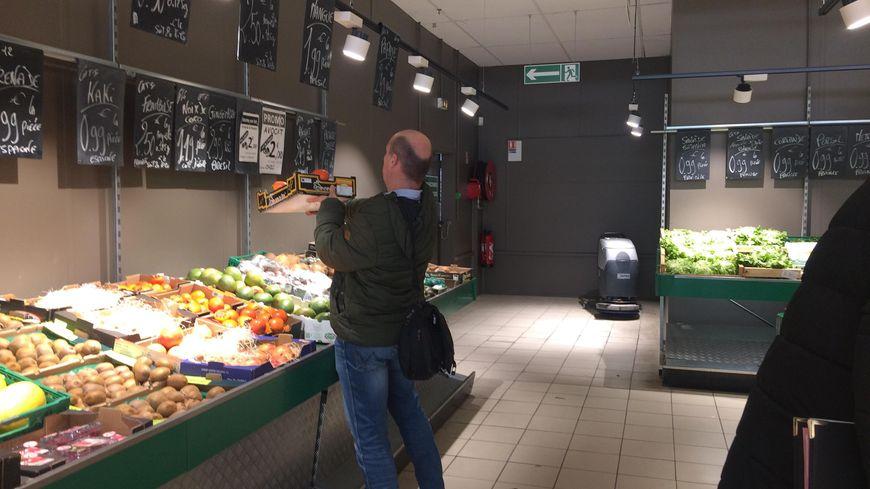 Les agents regardent du coté des fruits et légumes