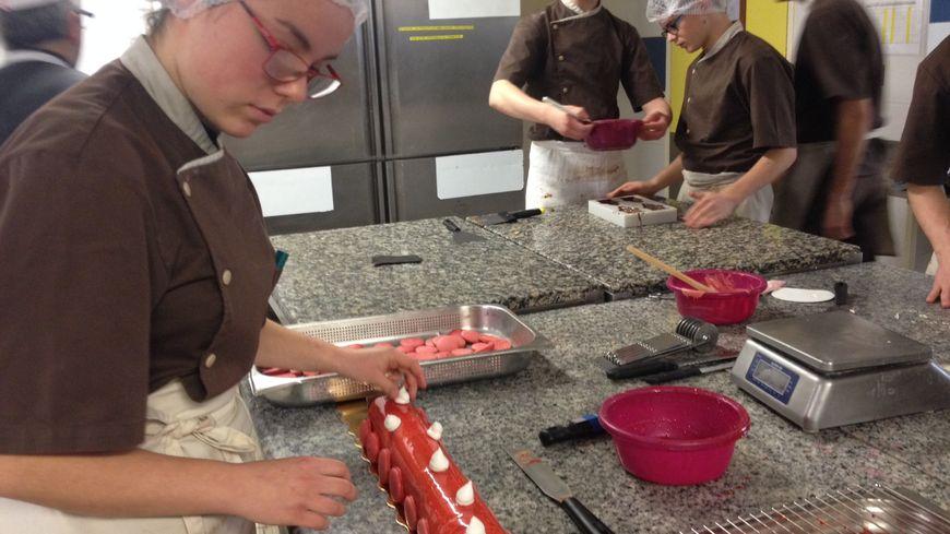 Dernière étape de glaçage et décoration pour les bûches préparées par les élèves