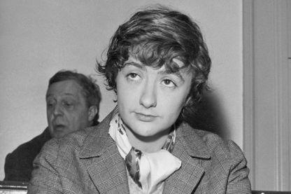 L'écrivain, Françoise Sagan prends des notes pendant le procès pour meurtre de Jean-Claude Vivier et Jacques Sermeus, les assassins du Parc de Saint-Cloud.