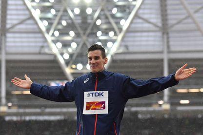 Pierre-Ambroise Bosse sur le podium pour sa médaille d'or pour le 800 m aux Championnats du monde d'athlétisme à Londres en août 2017