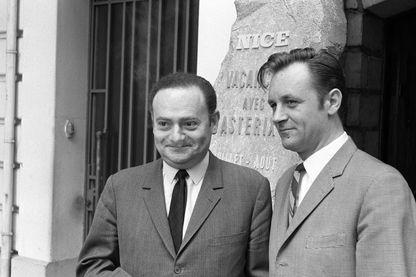 Le scénariste de BD René Goscinny (le père d'Astérix le Gaulois, de Lucky Luke, d'Iznogoud le vizir...) et son complice, le dessinateur Albert Uderzo, posent à Paris à la Tour Eiffel en mars 1967