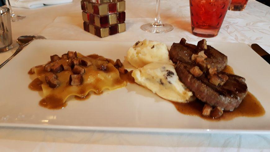 Médaillon d'Autruche   raviole de foie gras écrasé de pommes de terre  truffé
