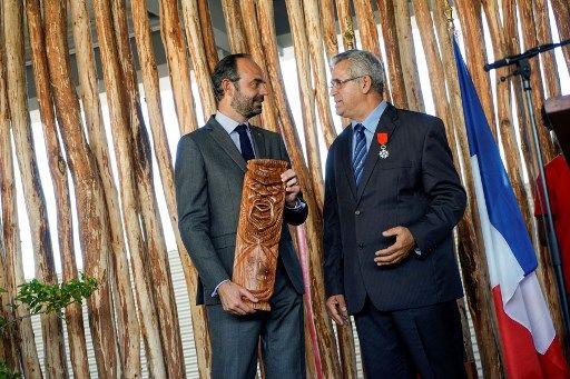 Le Premier ministre français Edouard Philippe s'entretient avec le maire de Mont-Dore, Eric Gay, lors de l'inauguration d'un lycée à Mont-Dore le 5 décembr
