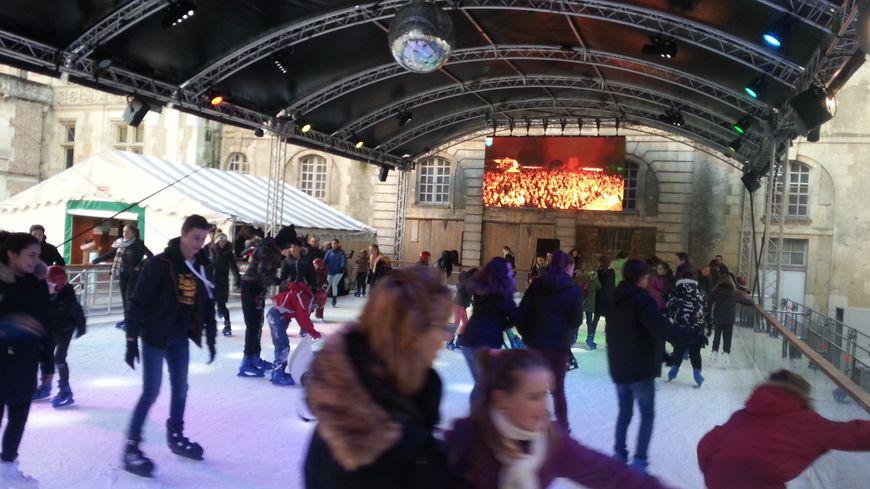 La patinoire de Sens reste en place jusqu'au 7 janvier.