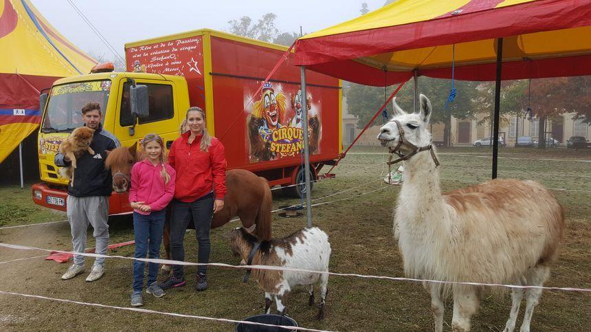 Stéphane, sa compagne Adeline, et leurs filles Selenia et Jade, du cirque Stefano