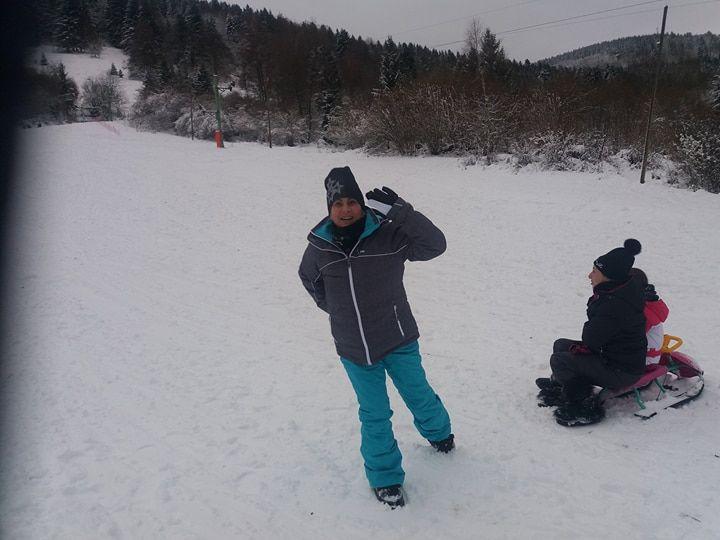 Anna, très enthousiaste à l'idée de passer ses vacances de Noël dans la neige.