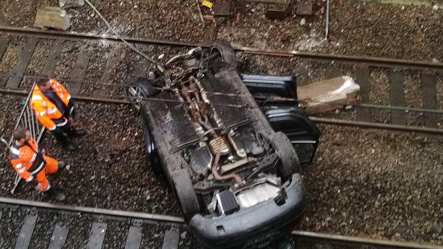 La voiture a endommagé une caténaire dans sa chute. La conductrice est légèrement bléssée