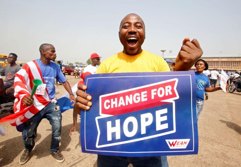 """Un supporter de George Weah, candidat du parti """"Congrès pour un changement démocratique"""", en pleine joie lors d'un meeting à Monrovia, capitale du Liberia"""