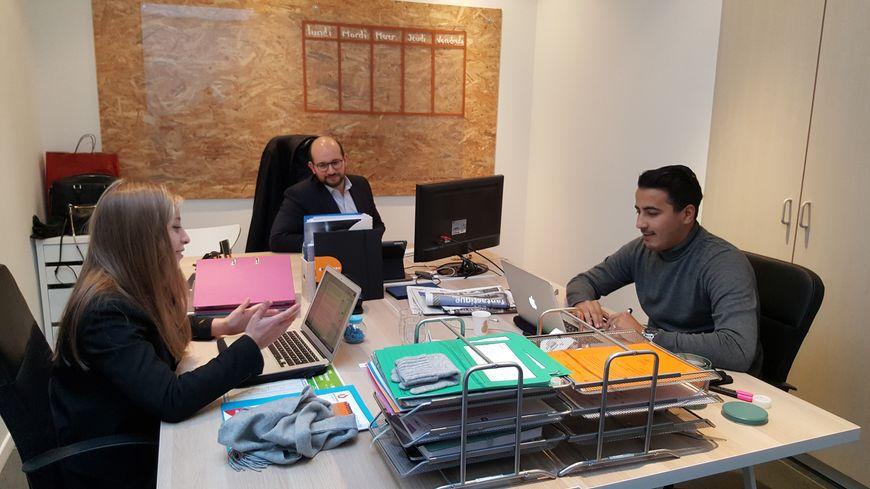 Ludovic Mendes (au fond) avec ses deux collaborateur dans les bureaux qu'il loue avec d'autres entrepreneurs, à Metz.