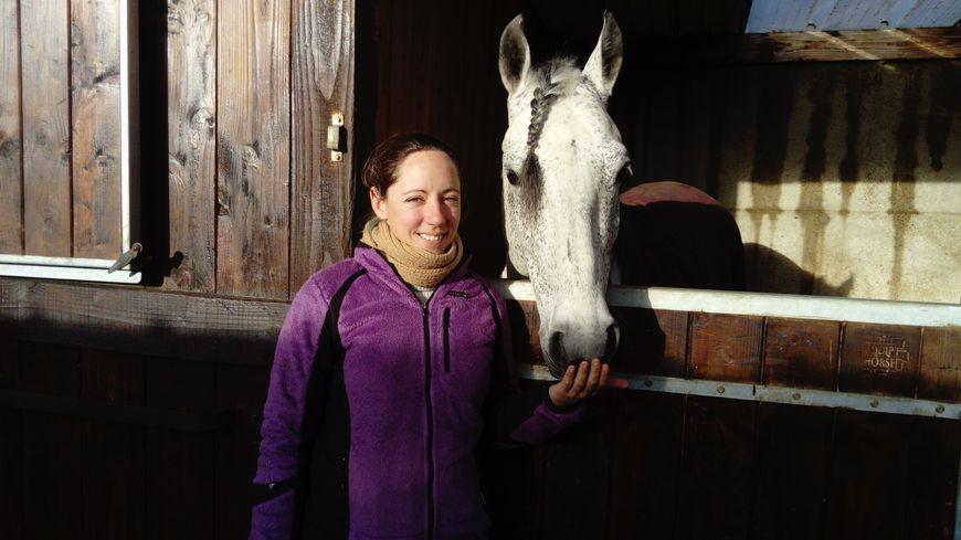 Emeline Macret , en compagnie de l'un des chevaux qui a participé au tournage.