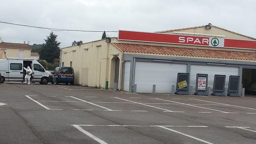 Le supermarché bouclé par les gendarmes le matin du drame