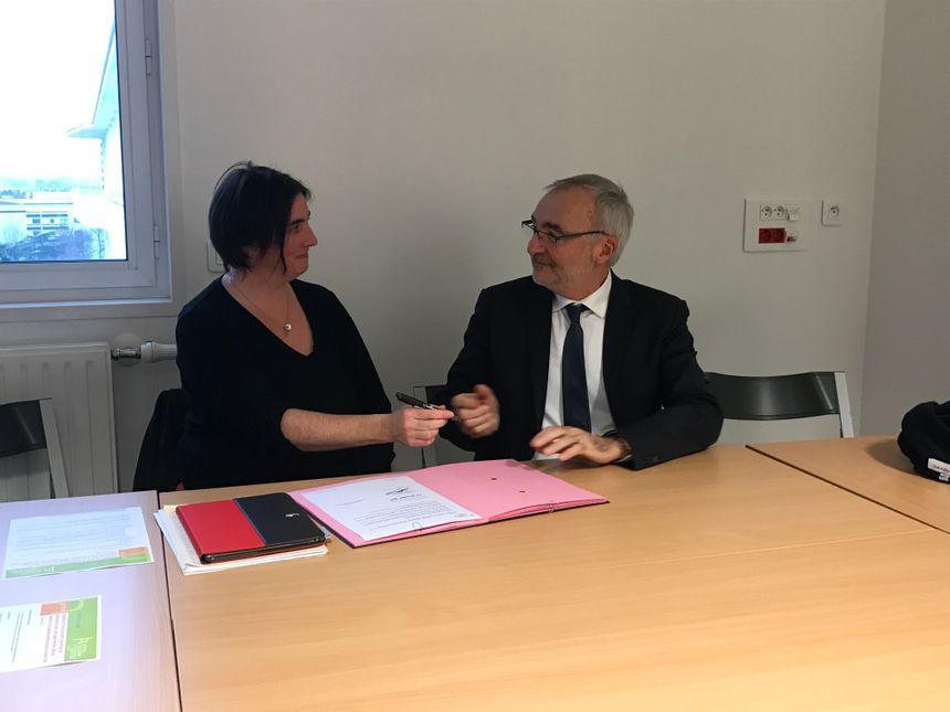 Claire Douroure est la première sage femme libérale à signer la convention avec le directeur de l'hôpital, Dominique Huet.