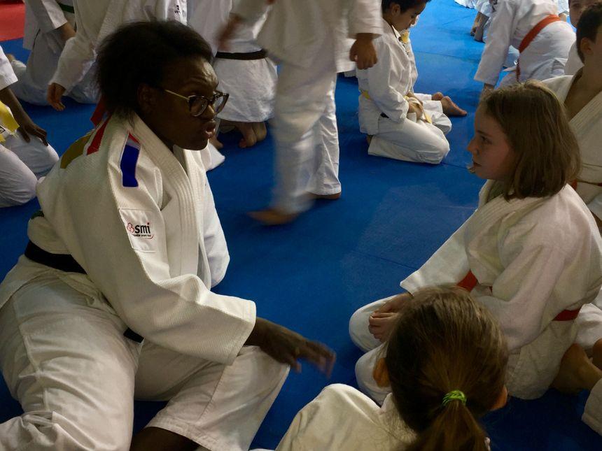 Emilie Andéol livre ses précieux conseils aux jeunes judokas