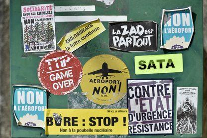 """Photo prise le 9 septembre 2016 montrant des autocollants collés sur une boîte aux lettres dans la """"zad"""" (Zone à défendre) de Notre-Dame-des-Landes."""