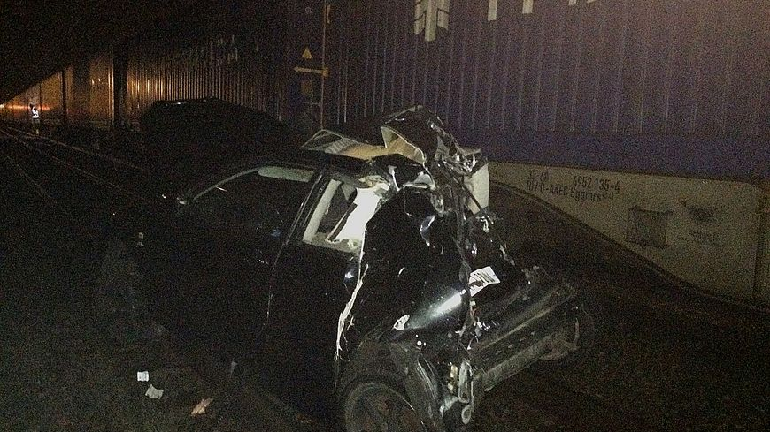 La voiture écrasée par le train de marchandises au passage à niveau de Boucau