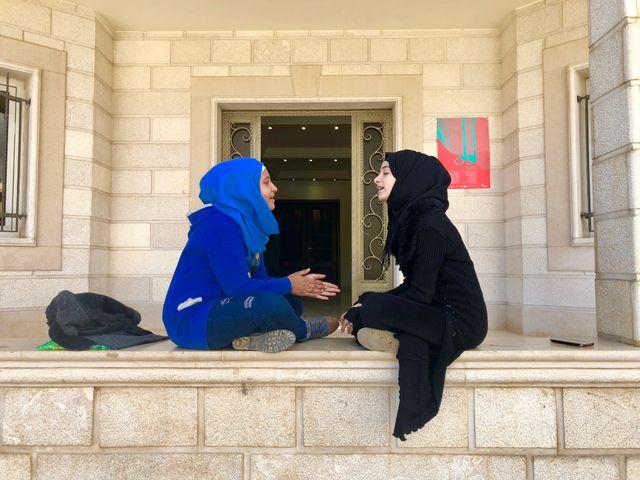 Hanadi (à droite) entonne un chant traditionnel