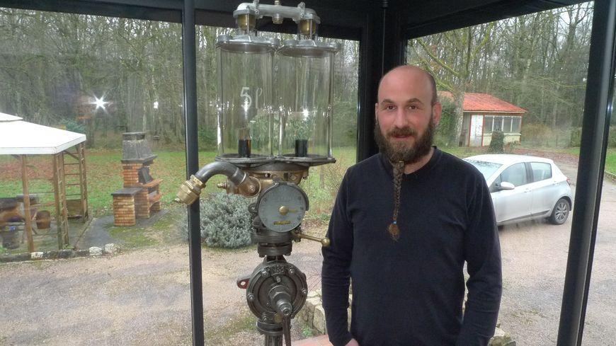 Karl Dallara, avec l'une de ses créations