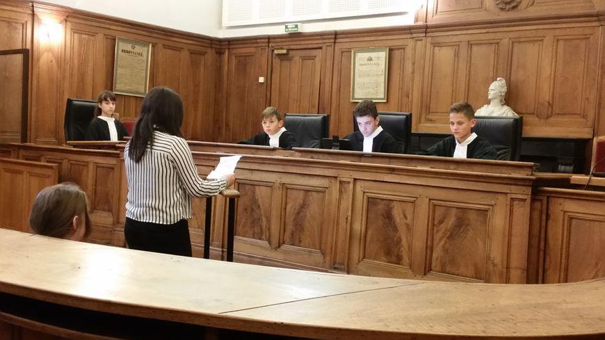 Les jeunes sont en conditions réelles : en tenue et dans la grande salle d'audience du palais de justice de Bourgoin-Jallieu.