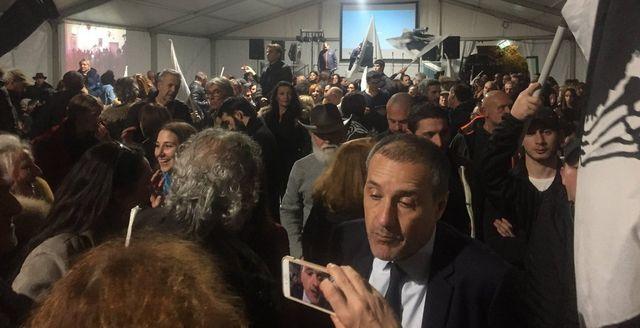 Beaucoup de monde sous le chapiteau installé sur la place du marché de Bastia pour fêter la victoire des nationalistes