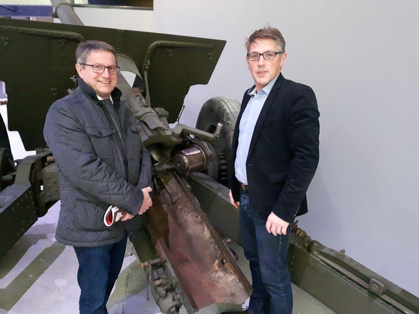 Devant un canon de 105 : Noël Bourgeois, président du conseil départemental, et Stéphane André, directeur de la culture