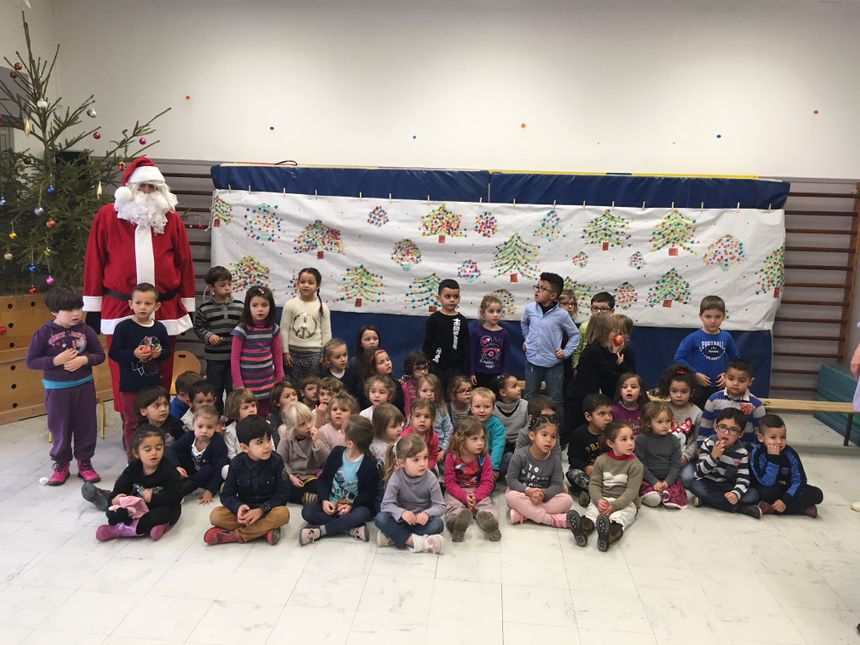 Le Père Noël et les élèves de l'école maternelle Marcel Pagnol à Bourg-de-Péage.