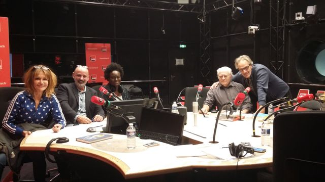 """""""Vous Les Femmes"""", de gauche à droite : Clémentine Célarié, Daniel Morin, Aya Cissoko, Albert Algoud, Hervé Pauchon"""