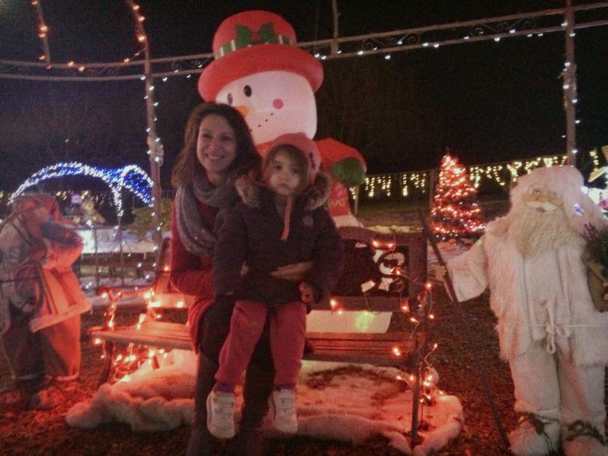 Audrey et sa fille posent dans le jardin illuminé