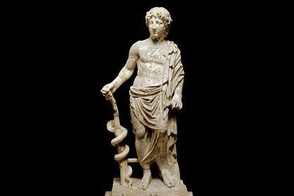Statue en marbre d'Asclépios, ancien dieu grec de la médecine et de la guérison, trouvé au sanctuaire d'Asklepios à Epidaure