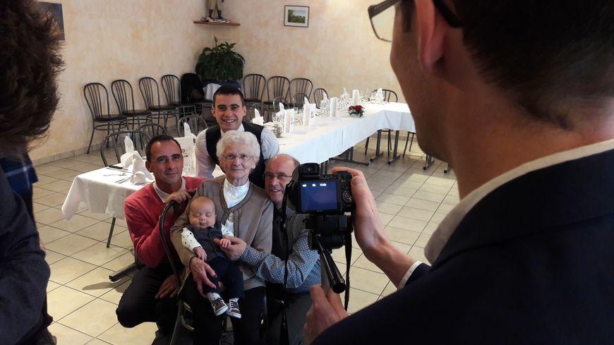 Madeleine, 90 ans, entourée de son fils, petit-fils, arrière-petit-fils et arrière-arrière-petit-fils