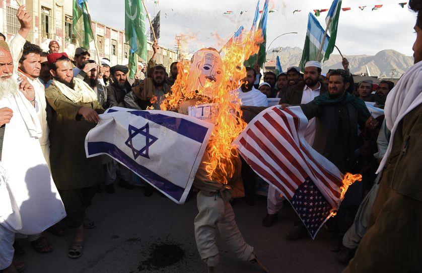 Des manifestants pakistanais brûlent une effigie de Donald Trump suite à la reconnaissance par le président américain de Jerusalem comme capitale d'Israël (Quetta, Pakistan, 8 décembre 2017)