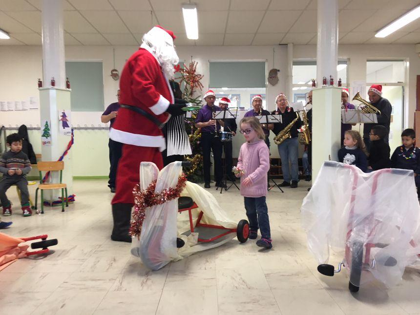 Le Père Noël a notamment rendu visite aux élèves de l'école maternelle Pierre et Marie Curie à Bourg-de-Péage.