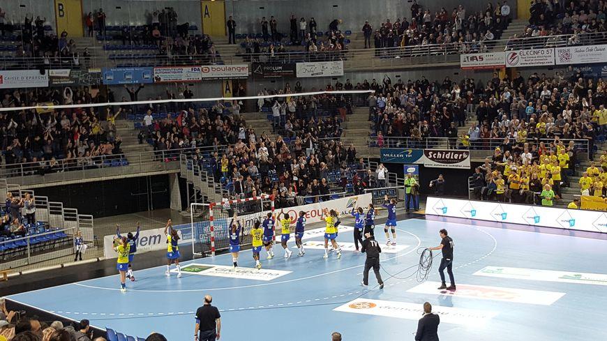Une large victoire 32 à 20 face à Nice, et un public ravi de retrouver ses protégées, il n'en fallait pas plus aux joueuses pour saluer chaleureusement les 5 200 spectateurs des Arènes de Metz.