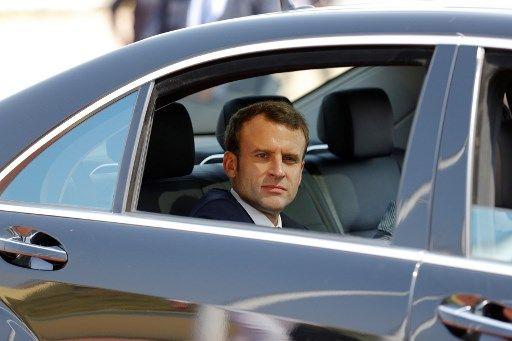 Le président français Emmanuel Macron arrive au palais présidentiel pour rencontrer le président ghanéen à Accra, le 30 novembre 2017.