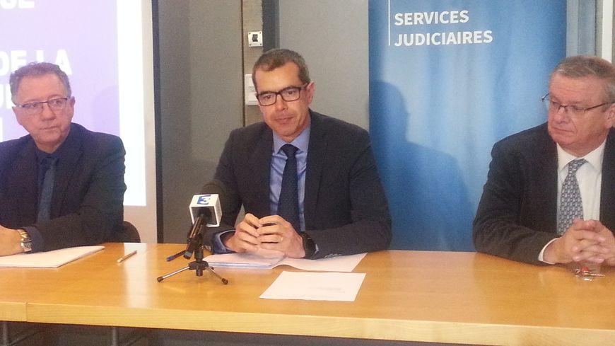 Au centre Eric Mathais, procureur de la République de Dijon entouré de Paul Montmartin, directeur interrégional de la police judiciaire (à gauche) et de Jean-Luc Chemin, vice-procureur (à droite)