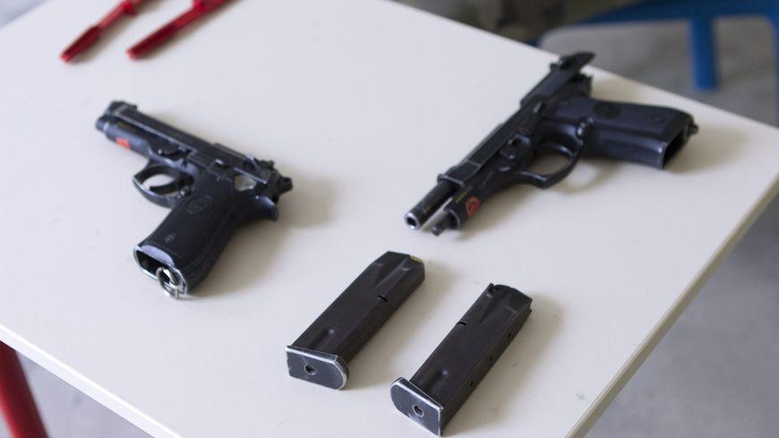 """Image d'illustration. Deux pistolets """"Beretta""""."""