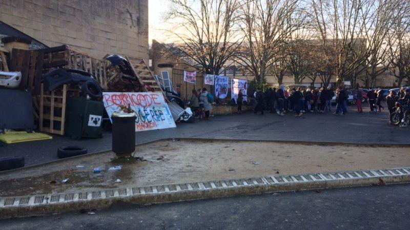 Des palettes et des poubelles bloquent l'entrée du lycée, à Sarlat