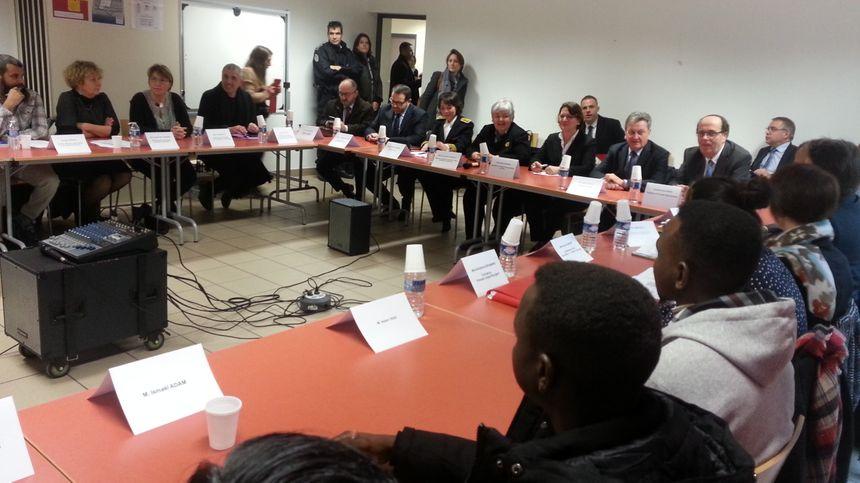"""Le cours de français a été """"légèrement """" perturbé jeudi matin à Bourges pour ces migrants, rencontrés par Jacqueline Gourault."""