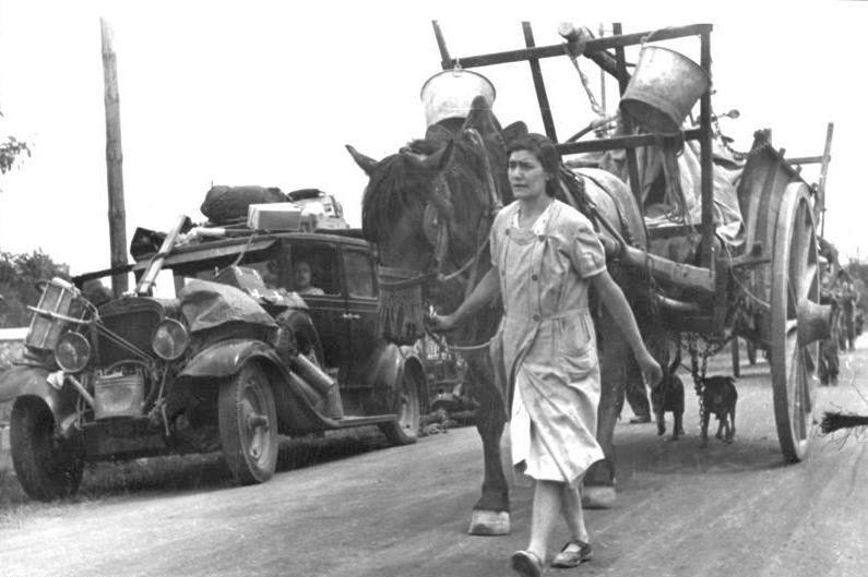 L'exode : Les réfugiés avec leurs biens empilés dans les voitures le 19 juin 1940 à Gien