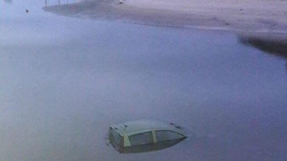 La voiture a terminé dans l'eau.