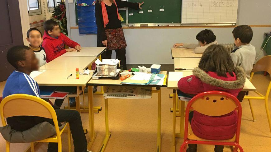 Les élèves viennent par groupe de 5 dans cette unité d'enseignement pour les enfants autistes, le professeure est assistée d'une assistante de vie scolaire et d'un personnel détaché pour l'Hôpital Bretonneau